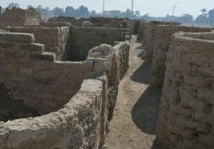 «10 كيلو لحمة وجزار».. قصة العثور على أول «كومباوند» للفراعنة تحت الرمال