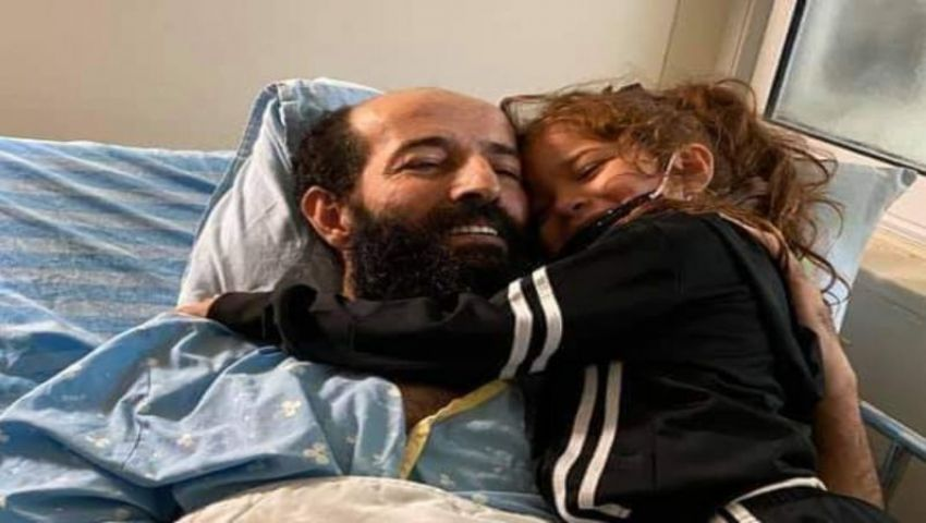 فيديو  بعد 92 يوما من الإضراب.. الأسير الأخرس يحتضن طفلته تقى