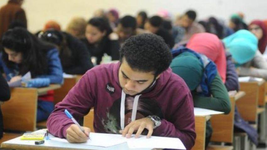 بالفيديو| شاب يسخر من معاناة الطالب المصري على طريقة محمد حماقي