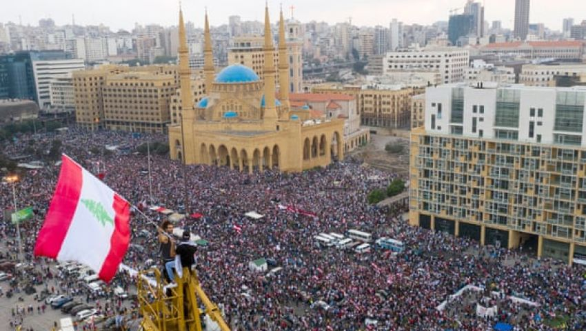 الجارديان: في احتجاجات بيروت.. غابت الأعلام السياسية وحضر لبنان
