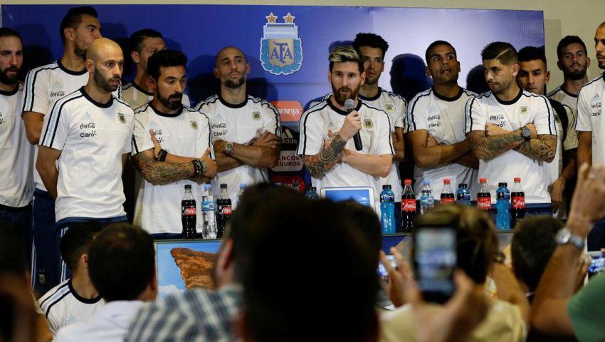 رغم الفوز على تشيلي.. لاعبو الأرجنتين يواصلون الصمت أمام الصحف