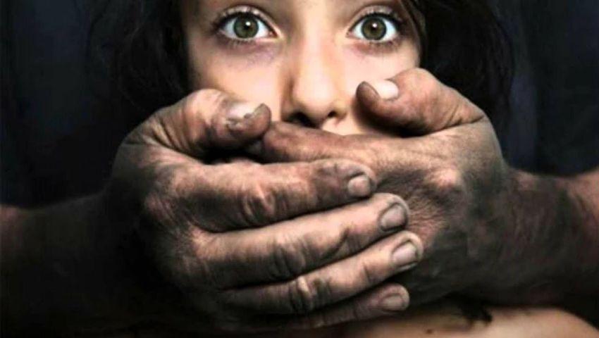 أبٌ مات قلبه رغم نبضه.. قصة طفلة الغربية التي عذّبها والدها