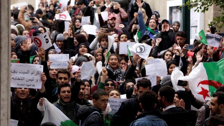 «الجزائر ليست ثكنة».. صرخات طلابية تعارض إجراء الانتخابات الرئاسية