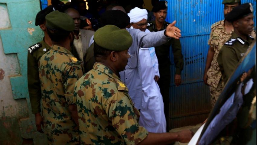 السودان.. خضوع عمر البشير لفحوصات طبية وإعادته للسجن من جديد