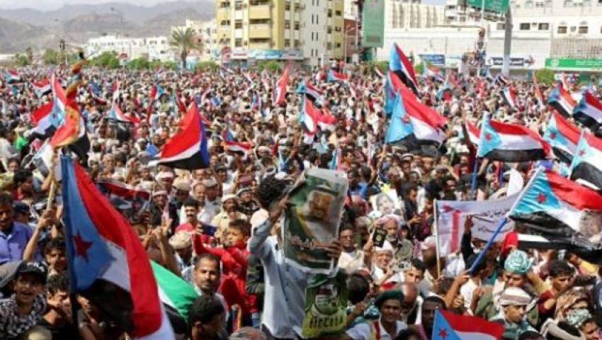 رغم التوترات في عدن.. الحوثي يرمم التحالف السعودي الإماراتي