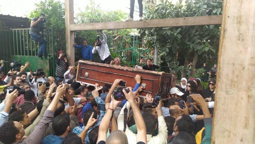 بالفيديو|  لحظة انهيار ناهد السباعي في جنازة هيثم أحمد زكي