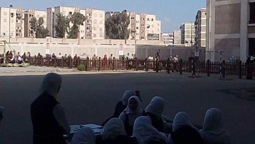 بالصور.. جدار عازل داخل مدرسة  في بورسعيد