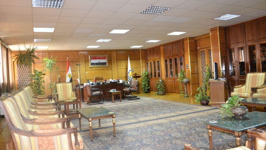 جامعة أسيوط تفعل قرار تخفيض الكهرباء.. ورئيس الجامعة يبدأ بنفسه
