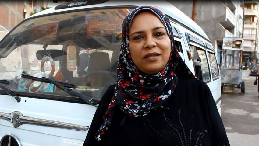صور| «أم آية».. أول سائقة ميكروباص بالإسكندرية