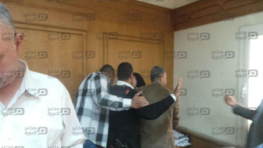 بالصور  والدة وزير الزراعة تنهار عقب الحكم بحبسه 10 سنوات