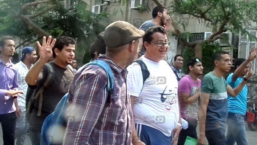 بالفيديو.. في جامعة القاهرة .. نصار يجرم الشعار والطلاب يرفعون رابعة