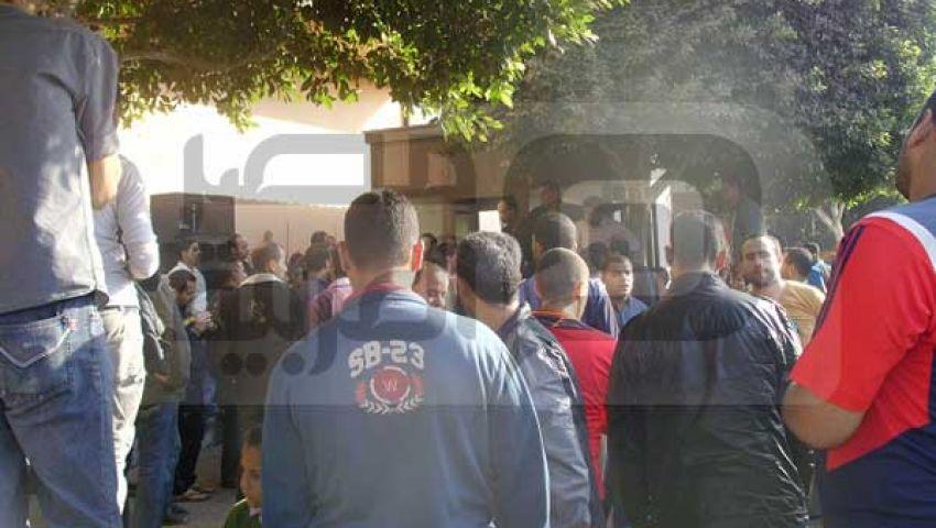 عمال كريستال عصفور يغلقون البوابات ويواصلون اعتصامهم