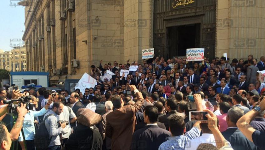 صور  المحامون يتظاهرون  أمام القضاء العالي رفضا لـالقيمة المضافة