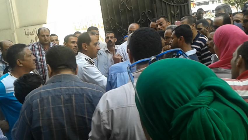 بالفيديو.. عميد شرطة يهدد معتصمي الجامعة العمالية بالسجن