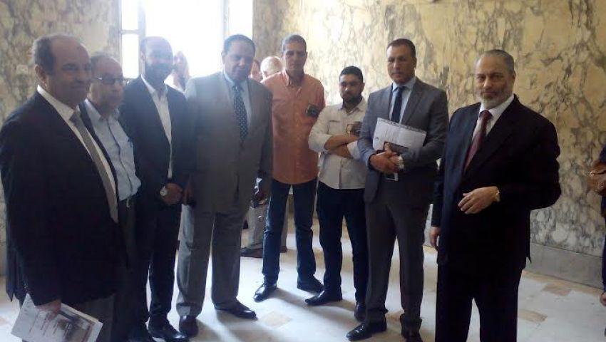 بالصور.. علاء الأسواني وعدد من القضاة يتضامنون مع زكريا عبد العزيز