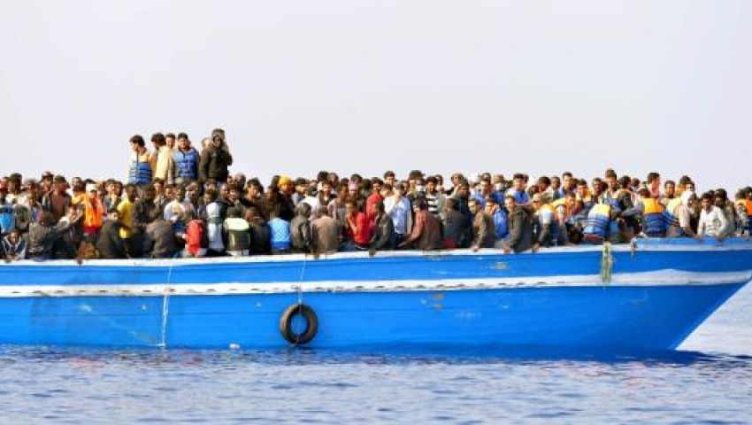 إسبانيا ترسل سفينة عسكرية لنقل مهاجرين عالقين بالمتوسط منذ 19 يومًا