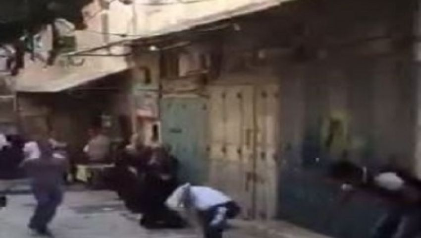 فيديو..ضرب ومطاردة صهيوني بشوارع القدس حاول اقتحام الاقصى
