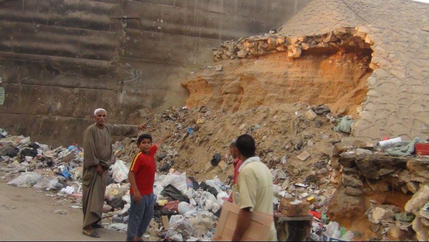 بالفيديو.. دائري البساتين على وشك الانهيار.. والسبب القمامة