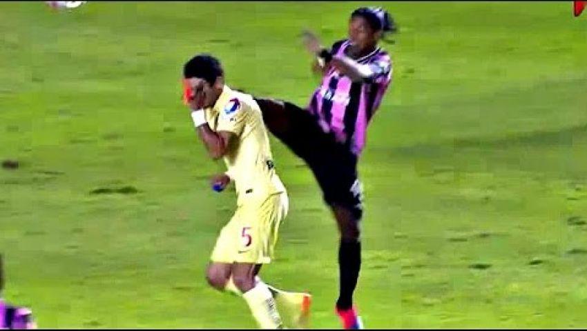 فيديو..رونالدينيو يركل لاعب منافس في وجهه