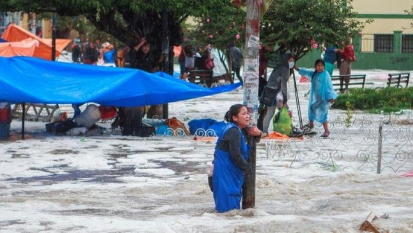 فيديو  بسبب السيول.. شوارع بوليفيا تتحول إلى أنهار