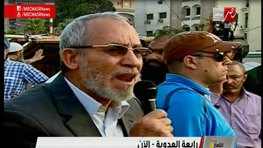 بديع يدعو أنصاره من رابعة للاعتصام حتى عودة مرسي