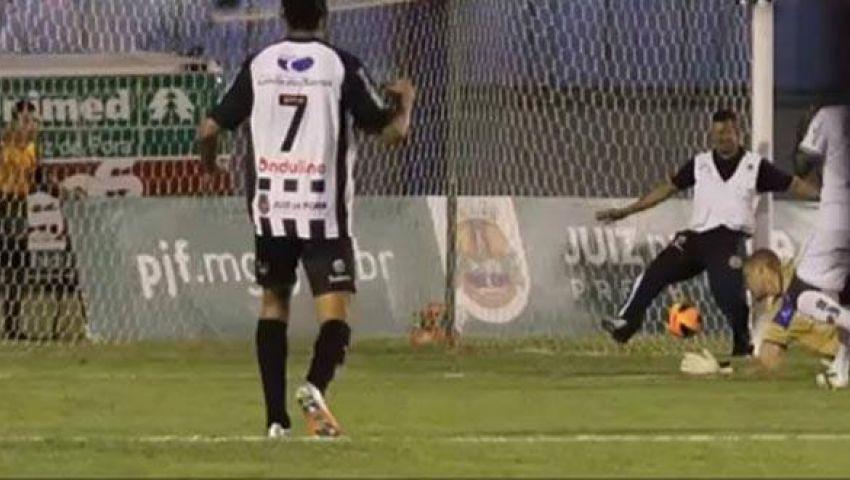 فيديو: مشجع ينقذ فريقه من هدف!!