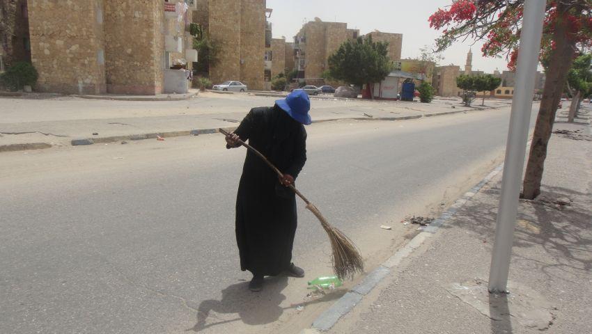 بالصور| نهاد عاملة النظافة.. الشمس تهون علشان خاطر عيالي