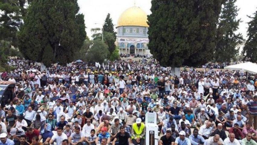بالصور .. 300 ألف فلسطيني يصلون الجمعة بالأقصى