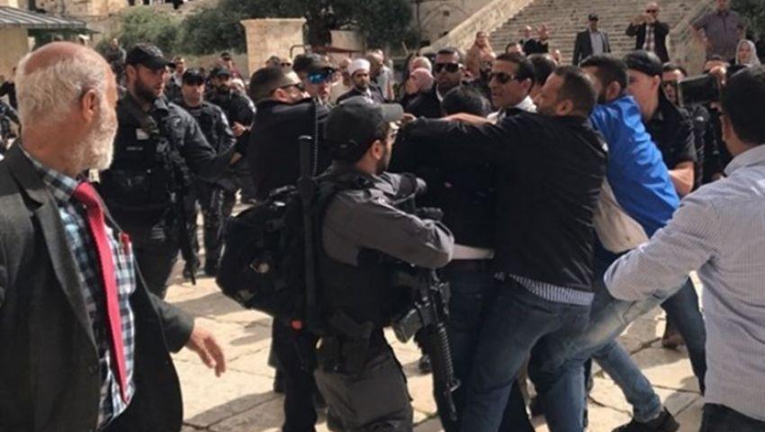 فيديو وصور| انتهاكات واقتحامات.. الاحتلال يستبيح المسجد الأقصى