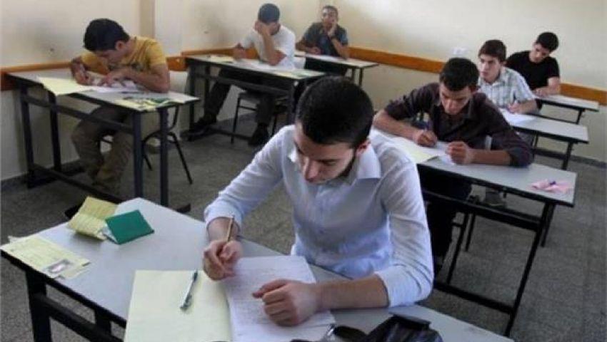 طلاب أولى ثانوي دور ثان يؤدون امتحان الأحياء