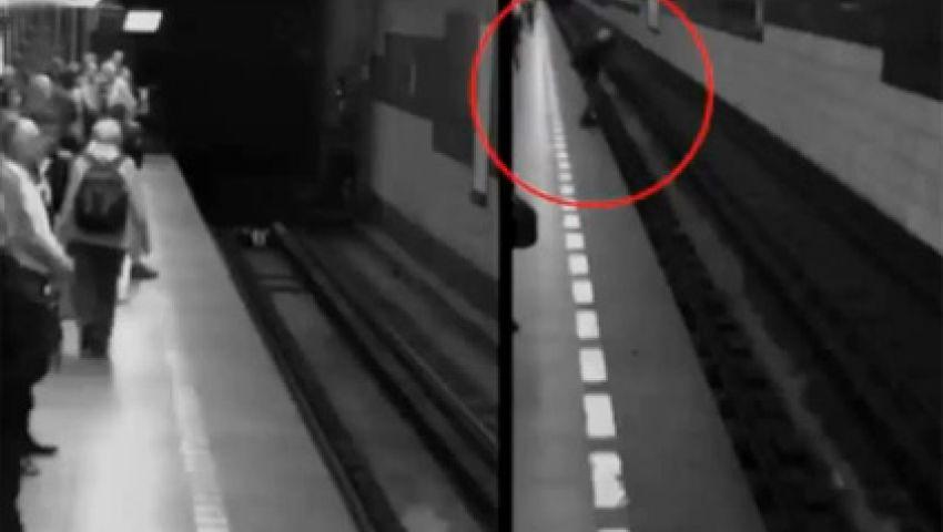 فيديو.. فتاة تسقط تحت قطار ثم تقوم سالمة