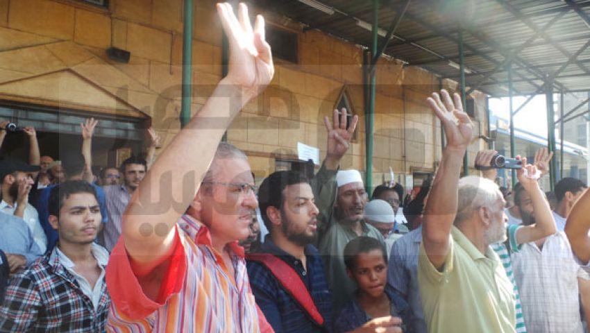 بالصور.. متظاهرو مسجد التوحيد يطالبون بمحاكمة السيسي