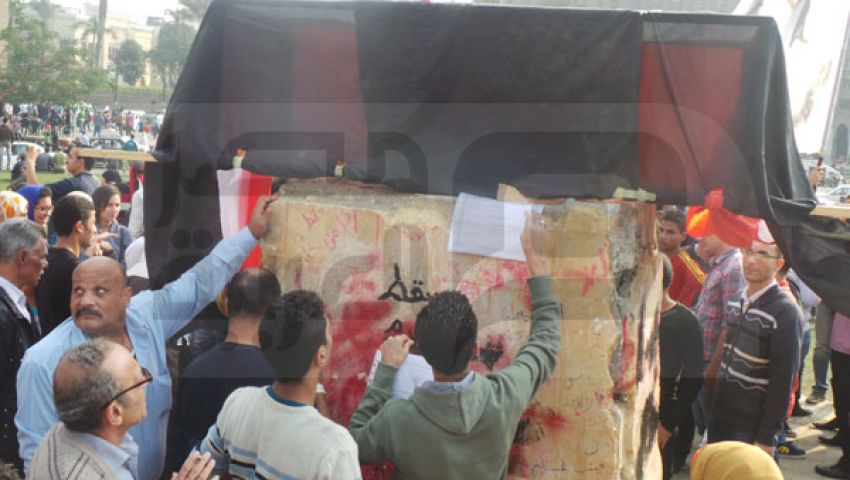 صور.. النصب التذكاري بالتحرير منصة لمهاجمة العسكر والإخوان