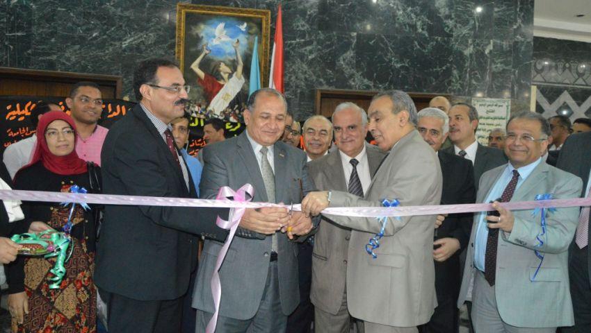 رئيس جامعة طنطا يفتتح معرضًا للفنون التشكيلية