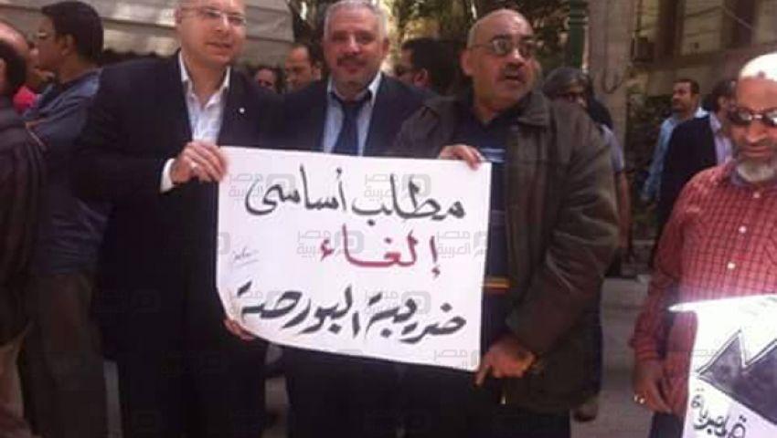 بالصور..  مظاهرات للمستثمرين أمام البورصة لإقالة رئيسها