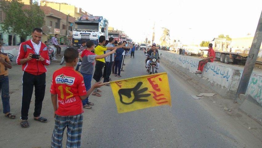 سلسلة بشرية ببني سويف تطالب بالإفراج عن المعتقلين