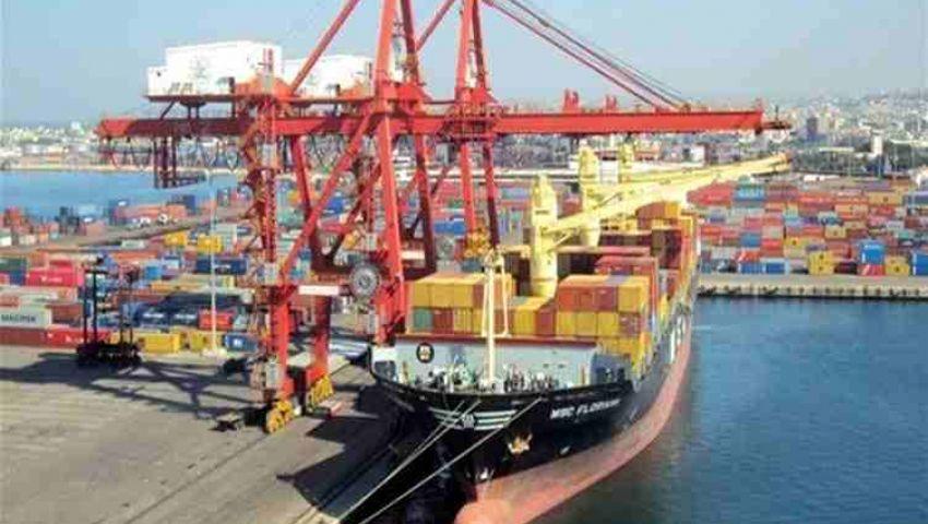 استعدادات لاستقبال شحنة من الفحم البترولي بميناء سفاجا