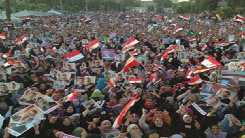 متظاهرو النهضة يشاهدون أقرانهم برابعة على شاشات التليفزيون
