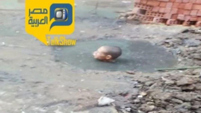 فيديو.. شاب يغطس في المجاري لإصلاحها: نزلت أخدم البلد