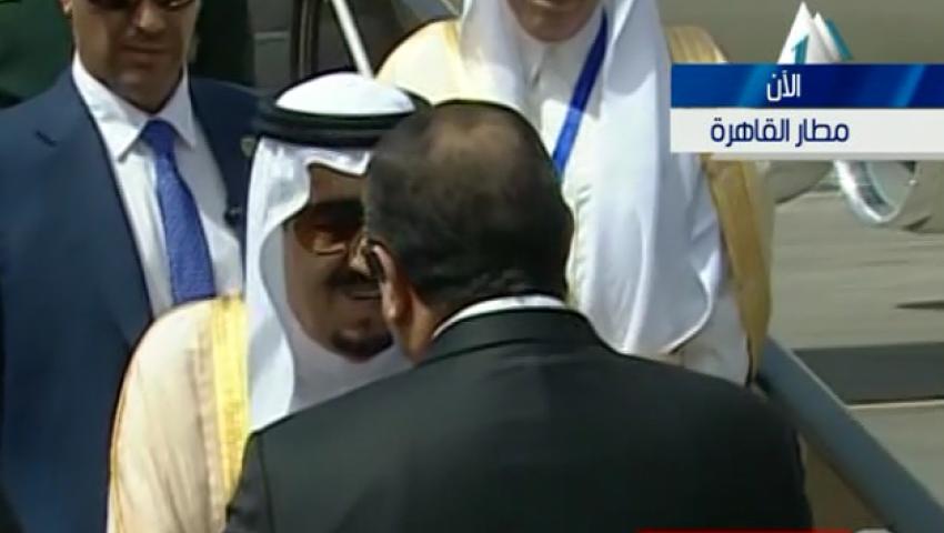 فيديو.. لحظة استقبال السيسي للملك سلمان بمطار القاهرة