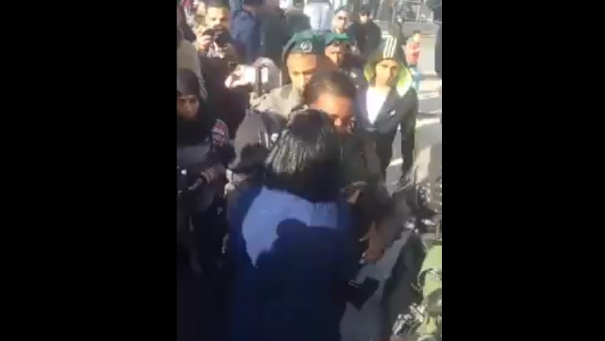 فيديو.. فلسطينية تتصدى لقوات الاحتلال الإسرائيلي