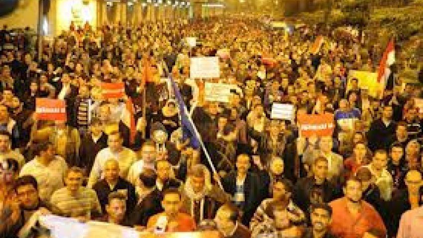 العشرات يتظاهرون أمام الاتحادية ضد مرسي