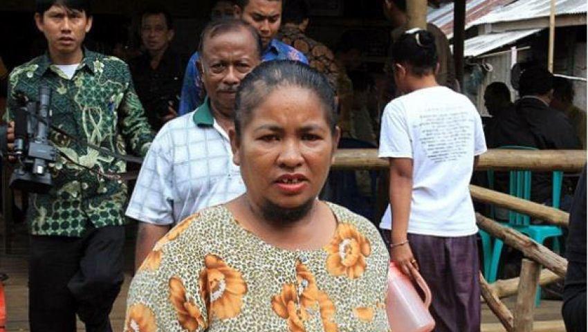 بالصور.. إندونيسية تكشف النقاب عن لحيتها