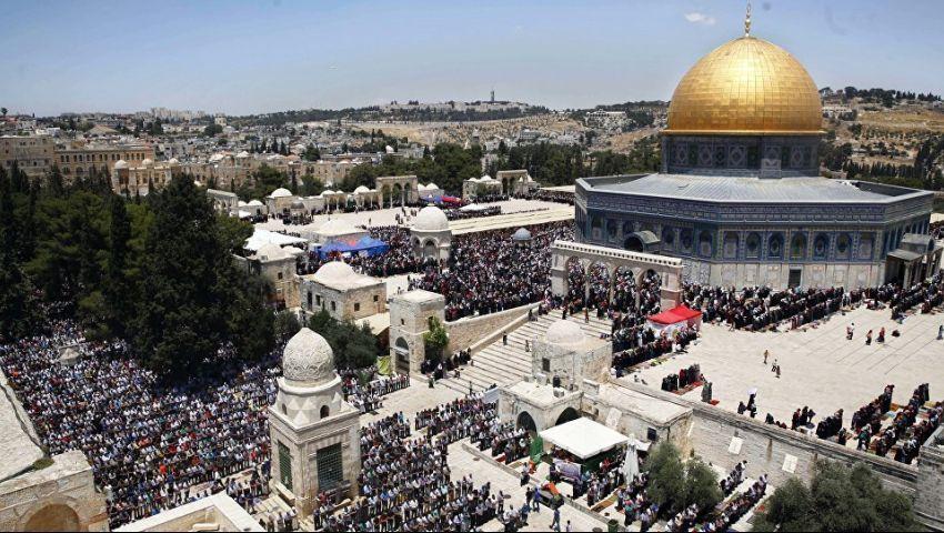فيديو.. آلاف الفلسطينيين يتصدون لاقتحامات المستوطنين بالمسجد الأقصى