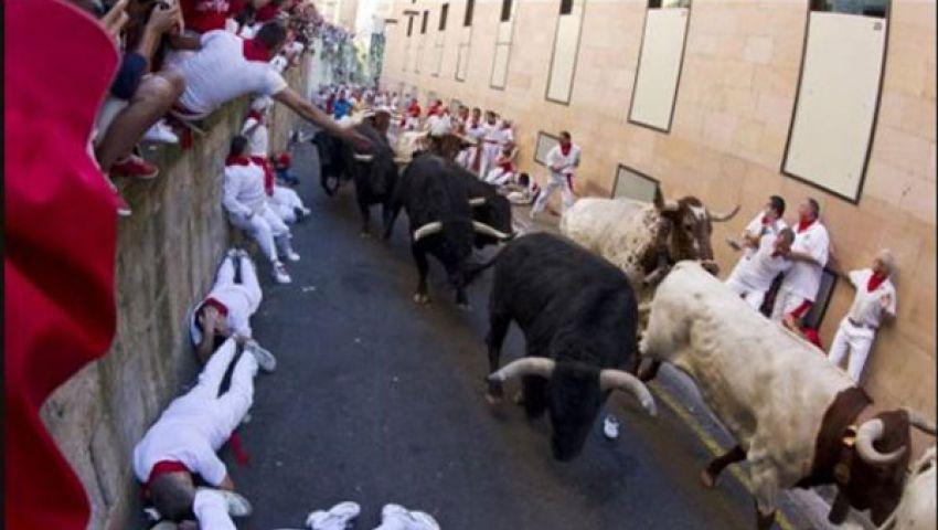 بالفيديو .. 4 إصابات خطيرة بمهرجان الثيران بإسبانيا