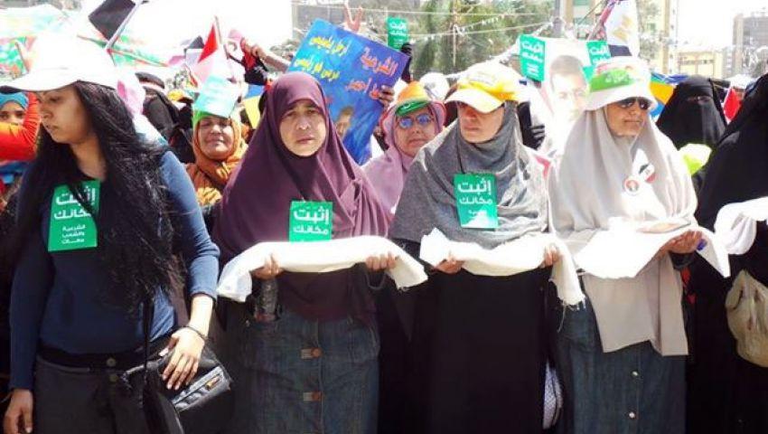 مسيرة بـالأكفان لمؤيدات مرسي