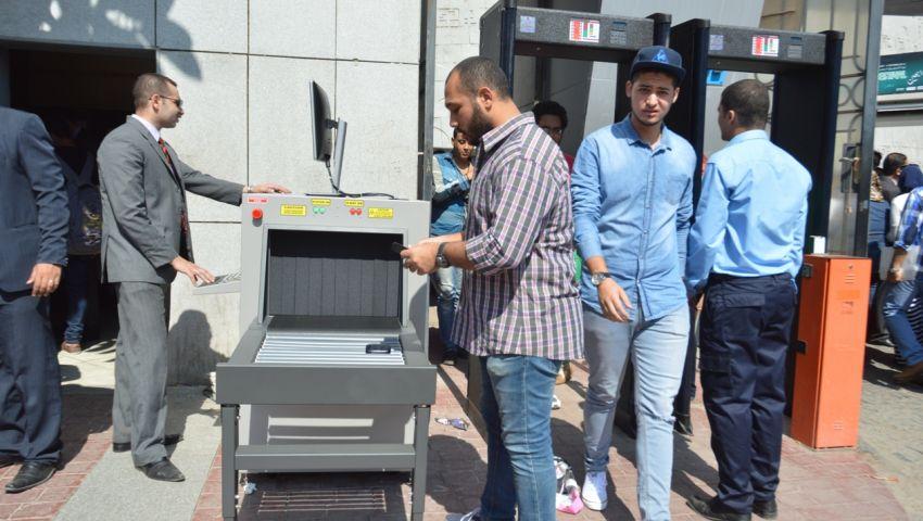 بودي جاردات فالكون داخل جامعة الإسكندرية..  والطلاب في الشارع