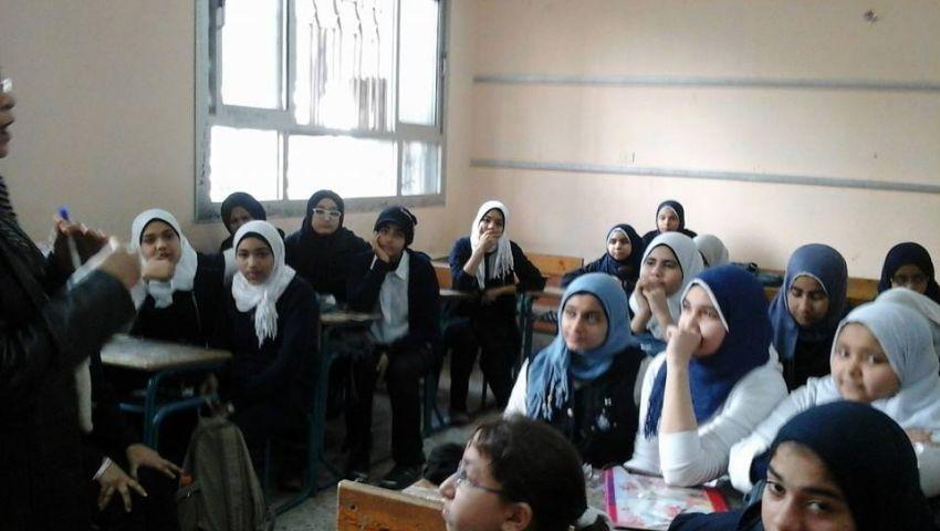 إحالة معلمة بدمياط لعمل إداري بعد ضربها طالبتين