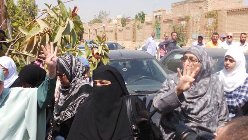 بالصور.. الأخوات يلوحن بعلامات النصر أمام قبر نجل المرشد