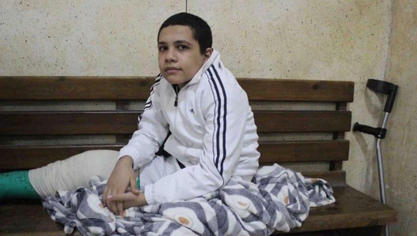 صهيب عماد .. طفل مهدد بعجز في قدمه خلف القضبان